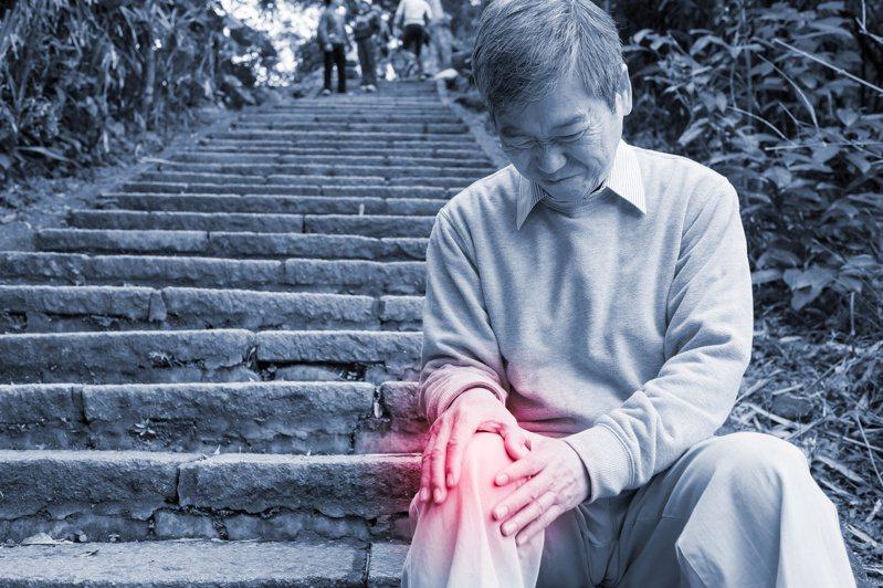 上下樓梯需要強健的腿部力量與穩定且靈活的關節。圖╱123RF