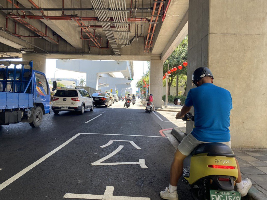 高雄近來天氣酷熱難耐,機車騎士停等紅燈時感覺時間漫長。記者陳弘逸/攝影