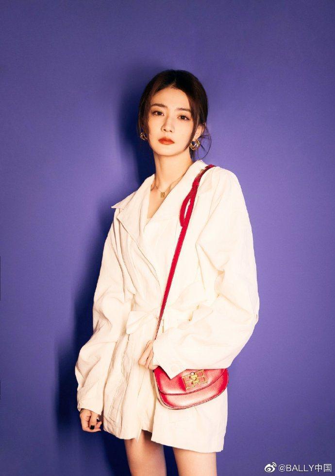 大陸女星徐璐搭配B-CHAIN紅色牛皮小半月包,36,200元。圖/取自微博