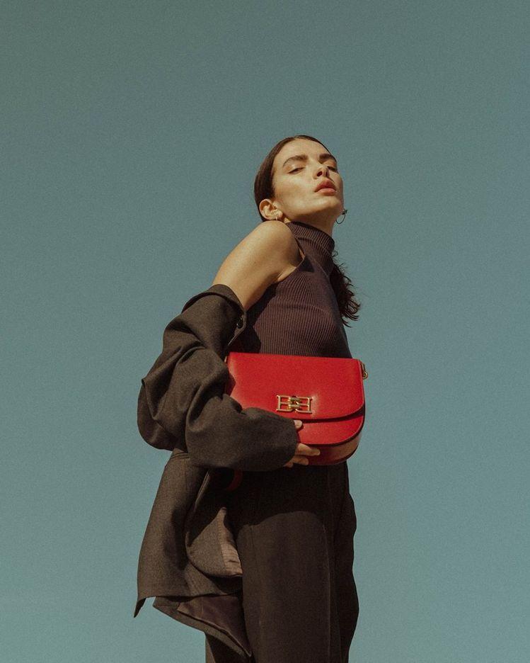 攝影師Flicka Elisa選搭B-CHAIN紅色牛皮半月包,44,600元。...