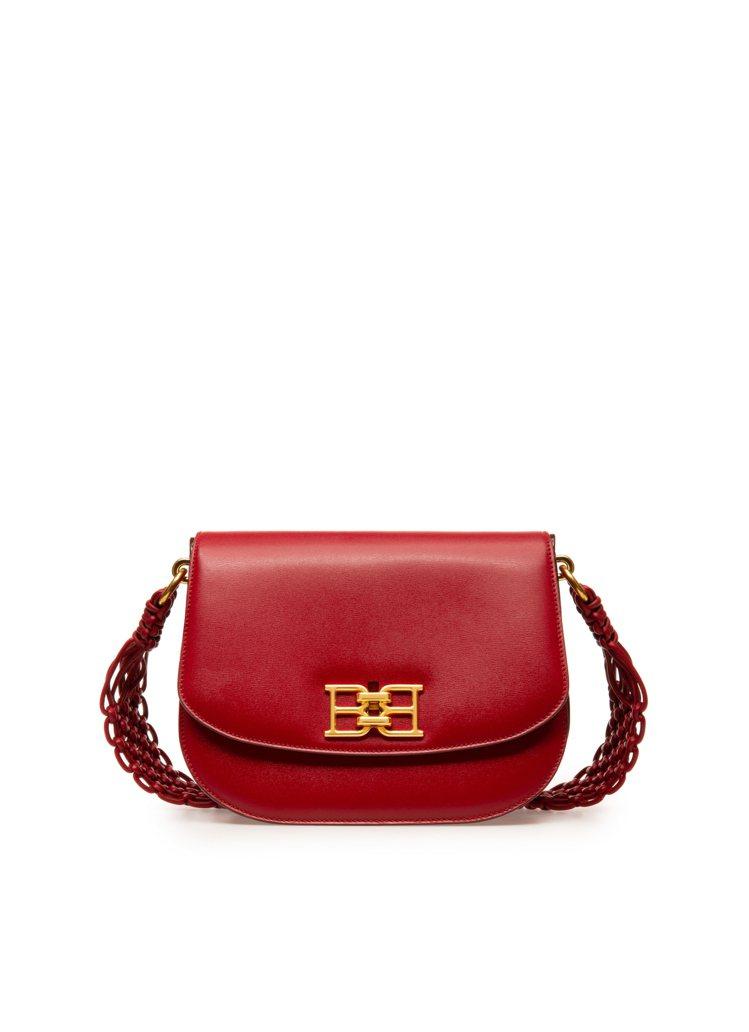 B-CHAIN紅色牛皮編織半月包,59,800元。圖/BALLY提供