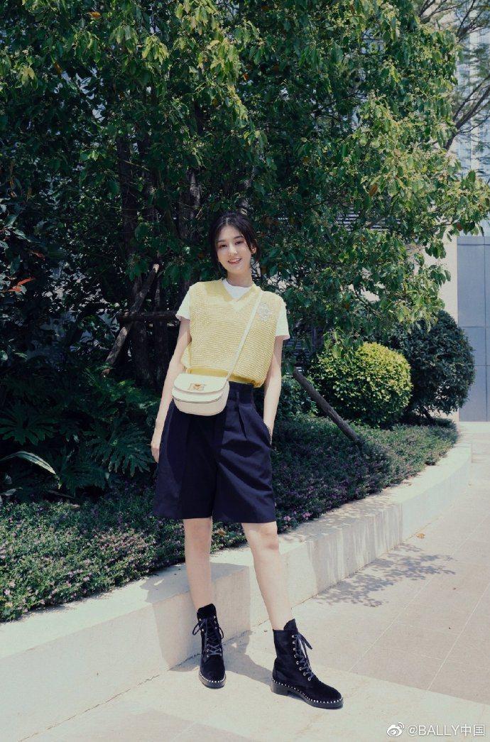 大陸女星喬欣俏皮詮釋奶油色新月包款。圖/取自微博