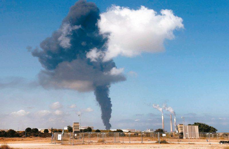 哈瑪斯的火箭砲十一日擊中以色列南部的煉油廠,濃煙直衝上天。(法新社)