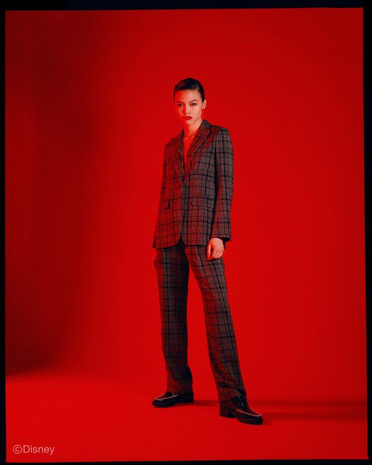 灰色格紋西裝外套24,000元、高腰長褲17,500元、黑色羊皮人字拖10,00...