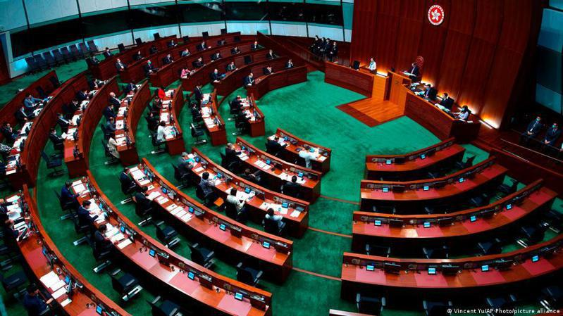 香港立法會周三(12日)三讀通過《2021年公職條例草案》,規範區議員必須宣誓擁護香港《基本法》以及效忠香港特區,若宣誓後有「不愛國」行為,則將被立刻暫停職務。圖/德國之聲中文網
