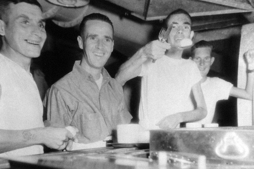 1945年,盟軍戰俘從台灣被解救後拍攝的照片。 圖/美國海軍;燎原出版提供