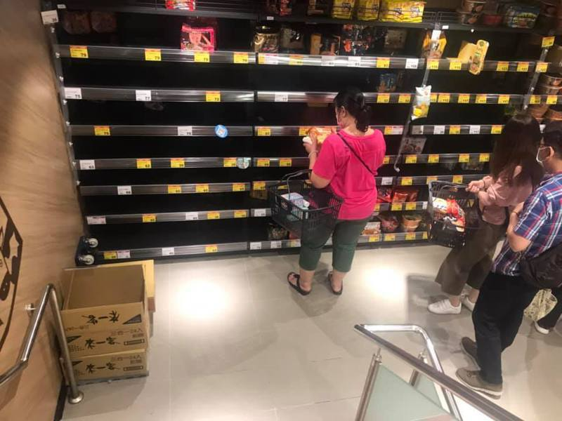 網友po出賣場照,驚呼泡麵都被搶購一空。(翻攝自爆怨2公社)
