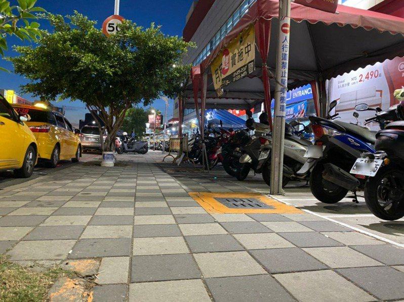 家樂福楠梓店外的人行道地磚不平讓讓機車騎士摔傷,引發雙方法律戰。記者陳弘逸/攝影