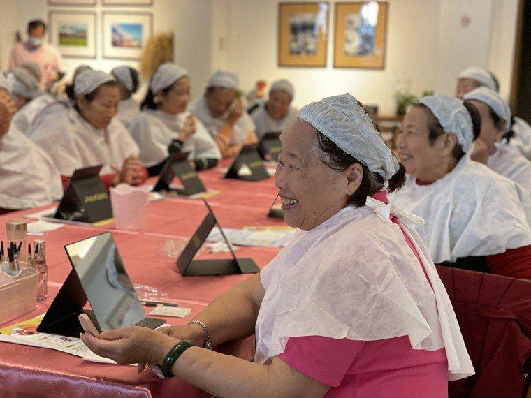惠生大藥局的「樂齡學堂」將化粧療法加入課表中。療法從心:藉由化妝,讓長輩情緒更穩...