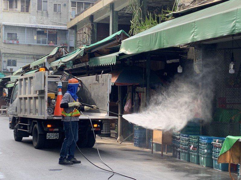 新北市清潔隊昨日到五股成州市場消毒,外界猜測恐與此案有關。圖/新北市環保局提供