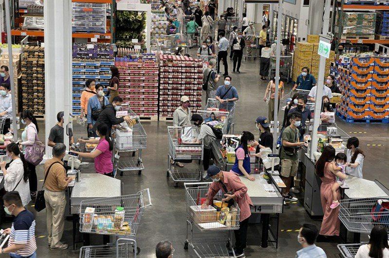 防疫升級,美式賣場業者好市多實行人流控管。圖為好市多內湖門市12日晚間購物人潮。中央社