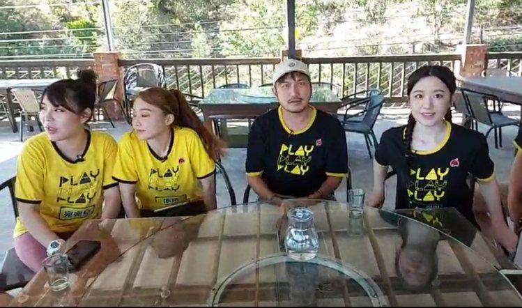 舒華(右)參加「綜藝玩很大」錄影。圖/摘自臉書