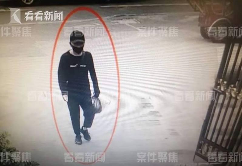 陸勇將一包作案工具扔在了對面小區的垃圾桶後,即準備坐火車去杭州,結果被抓獲。(影片截圖)