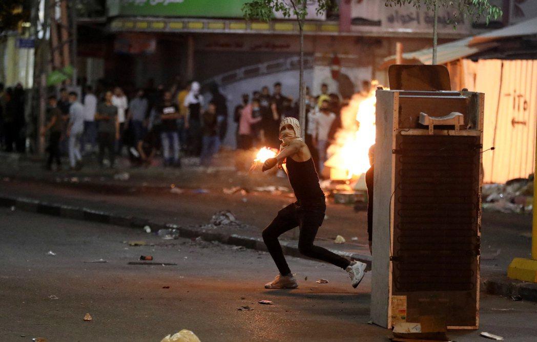 圖為一名巴勒斯坦籍青年朝以色列警方投擲汽油彈。  圖/歐新社