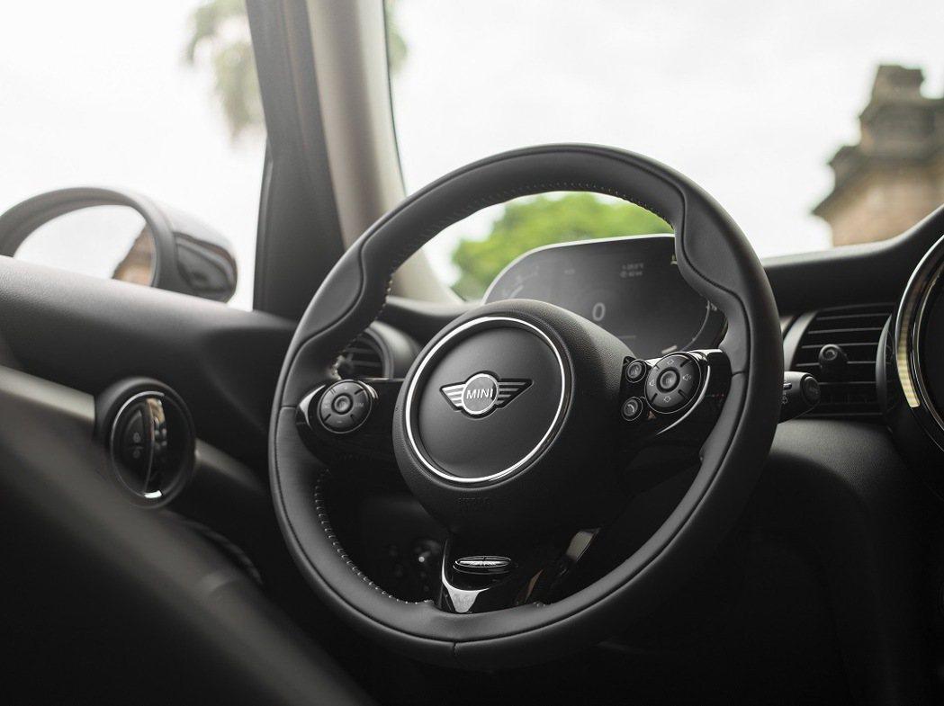 柔軟的MINI Yours跑車式真皮方向盤帶來絕佳的駕馭手感。 圖/汎德提供