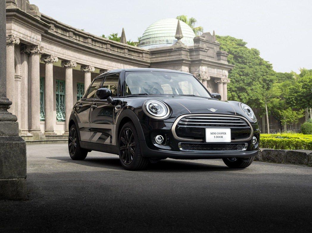 深邃車身色調結合黃銅元素套件,流露奢華的精品級質感。 圖/汎德提供
