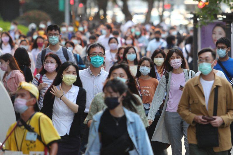 國內疫情已進入社區感染階段。圖為民眾戴口罩走在大街上。圖/中央社