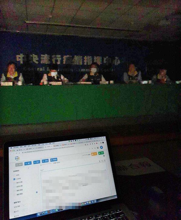中央流行疫情指揮中心記者會開到一半遇到停電,直播中斷。 記者楊雅棠/攝影