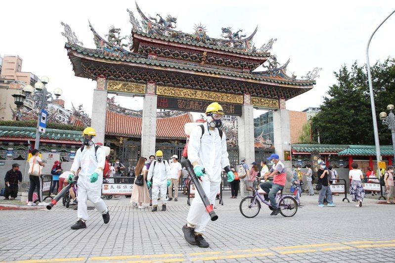 本土個案中有2例工作地點在台北市萬華區的茶藝館,市府環保局人員全副武裝,針對龍山寺周邊等地區加強噴消。中央社