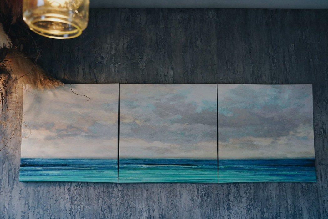 蘭波LanPO室內掛上以海為主的畫作。 圖/沈佩臻攝影
