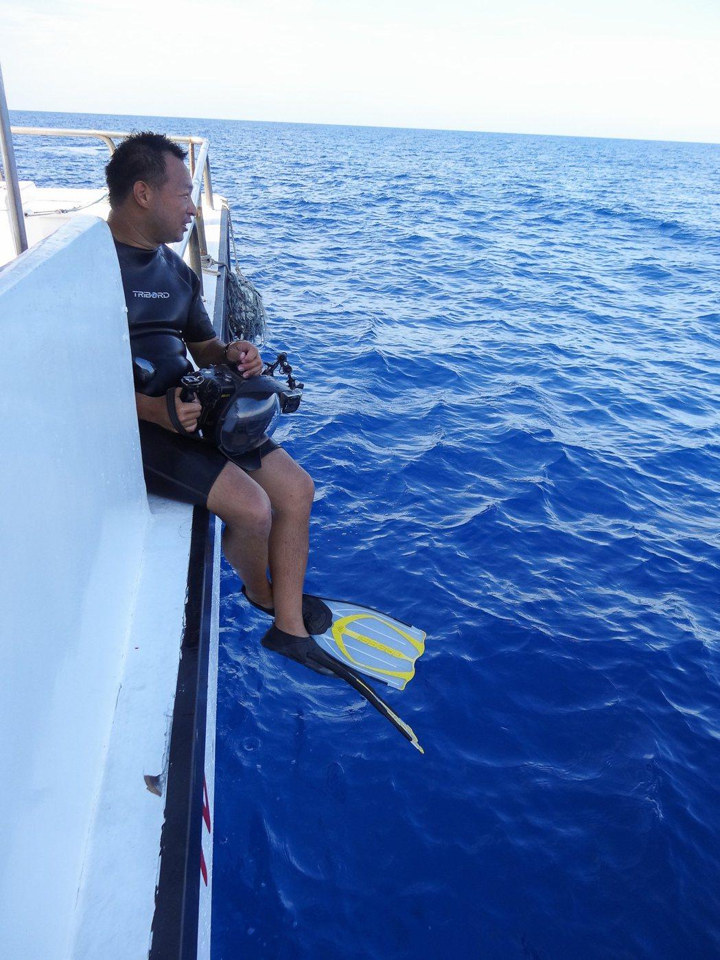 搭船執行拍攝工作的金磊。沒出國拍攝的日子,金磊偶爾會擔任黑潮的解說員,或跟著調查...