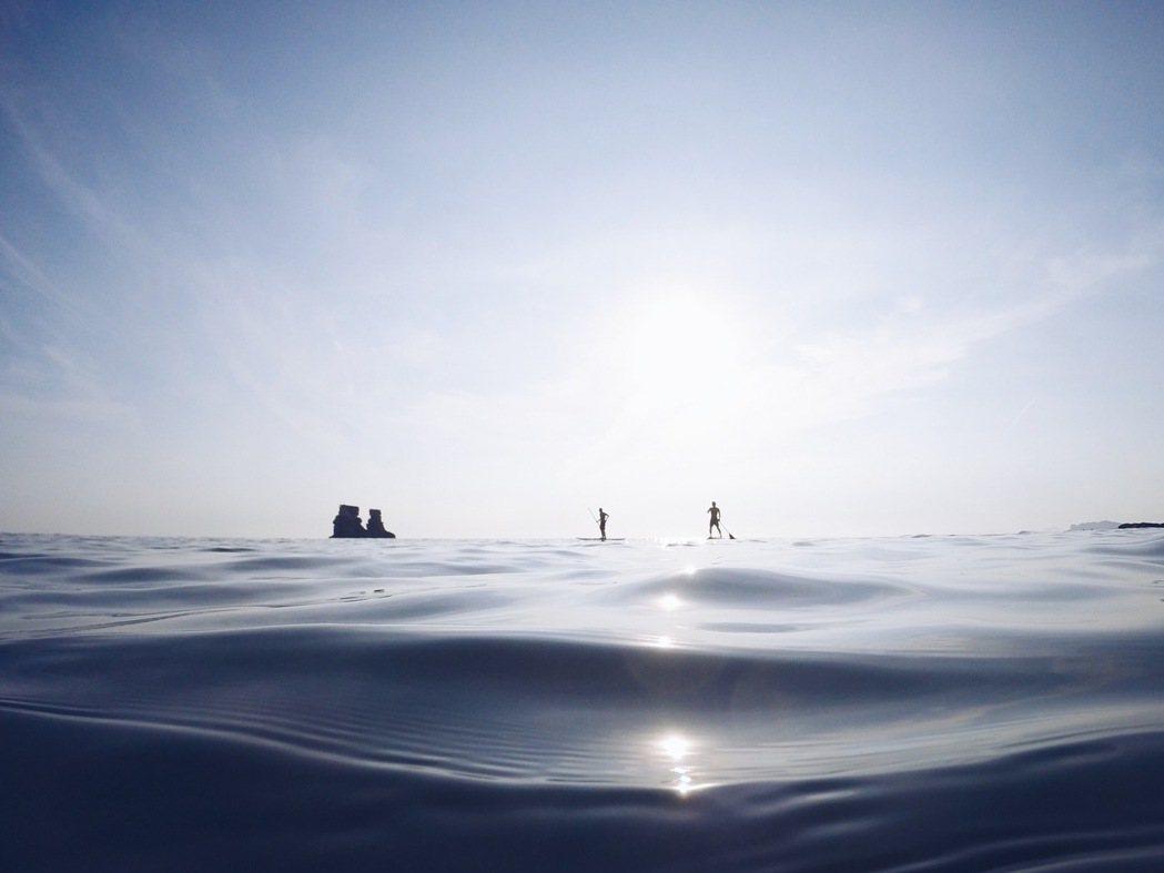 靠北過日子員旅,夥伴划SUP至燭台雙嶼。 圖/大Q攝影