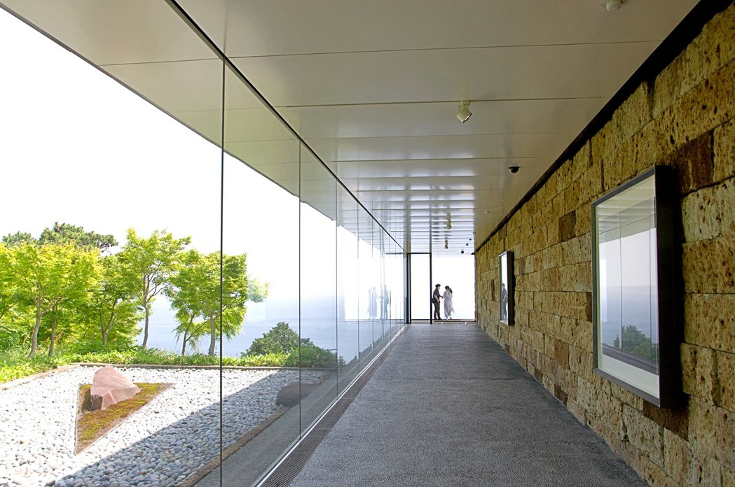 夏至光遙拜100公尺藝廊,牆上是杉本博司的《海景》系列作品,盡頭為海景展望台。 ...