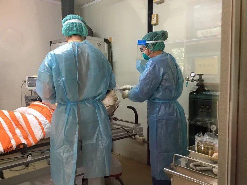 中央流行疫情指揮中心今(13日)接獲某醫院通報2名住院病患確診為新冠肺炎,隨即偕...