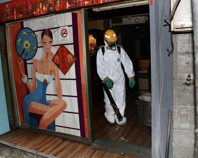 台北市萬華區列管172家茶藝館兼飲酒店即日起停業3天,執行疫調、清潔消毒工作。環保局人員午後動員,前往各店家加強環境清消。中央社