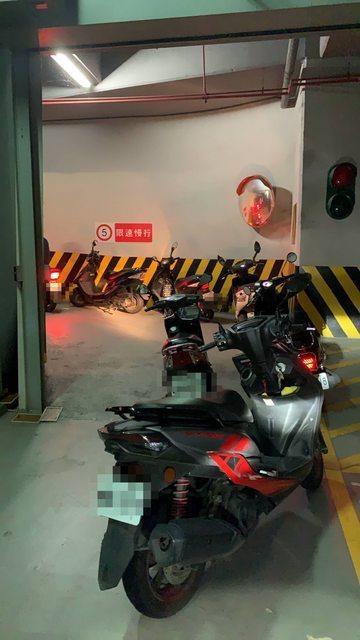 一名在內湖上班的網友發文表示公司停車場「電動柵欄」因為停電而無法自動升起,導致許多台機車都擠在車道上。圖擷自PTT