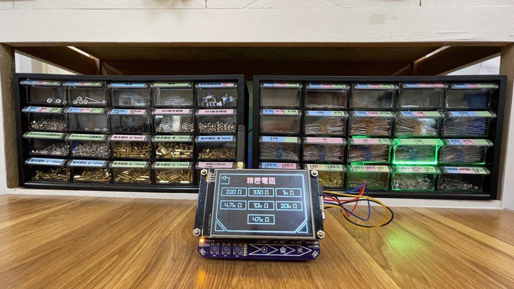 雲科大自造者中心無線物聯網零件倉儲分類系統。 雲科大自造者中心/提供
