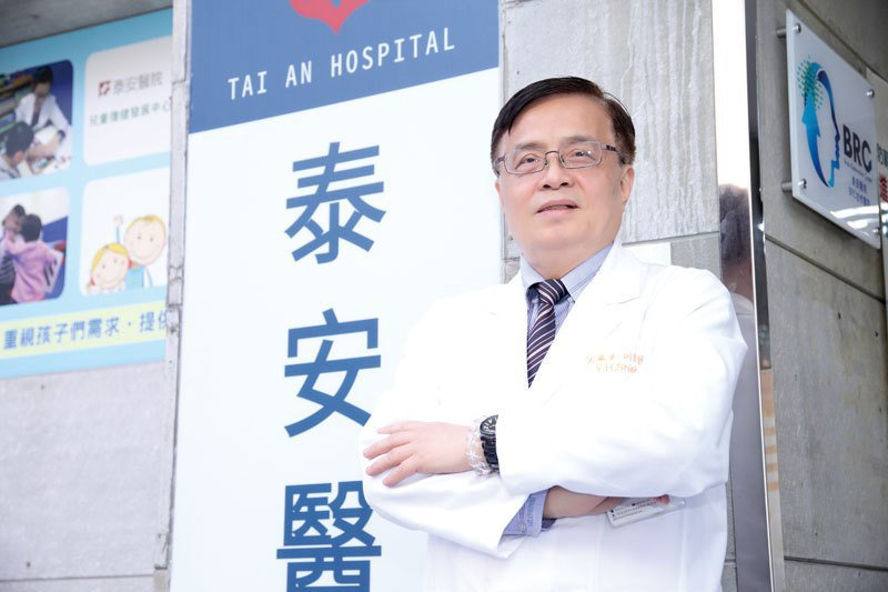 謝瀛華院長矢志寫下「泰安中興」史頁。泰安醫院/提供