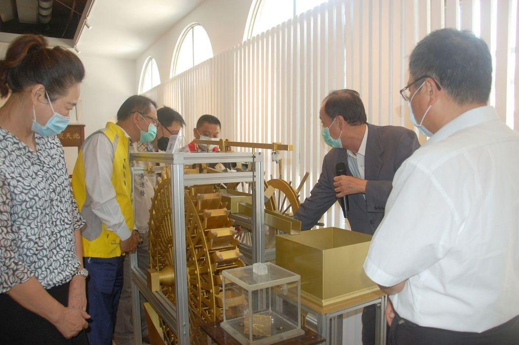 校長盧燈茂(右二)向貴賓說明仿古機械的功能與特色。 莊玉隆/攝影