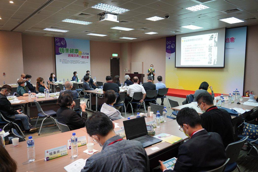 眾多與會者專心聆聽演講。工程中心∕提供