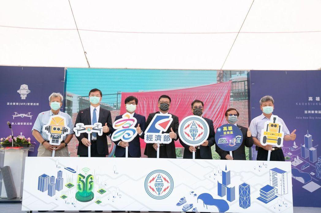 「台電5G AIOT推動辦公室揭牌儀式」在南部發電廠舉行,高雄市長陳其邁(左三)...