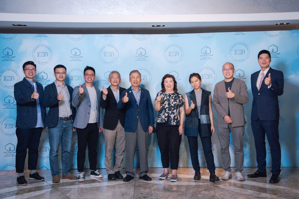 美國國際棉花協會駐台代表邱秀玲和參與台港線上會議的VIP紡織業者合影,並在會議中...