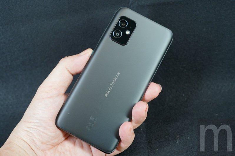 ▲小尺寸設計的ZenFone 8
