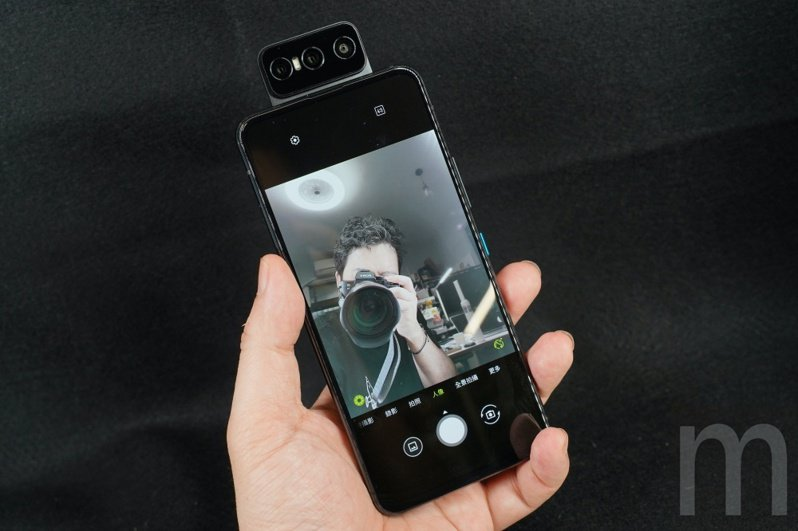 ▲ZenFone 8 Flip以去年的ZenFone 7 Pro為基礎,並且換上Qualcomm Snapdragon 888處理器,同時維持採用可180度上掀的主鏡頭模組