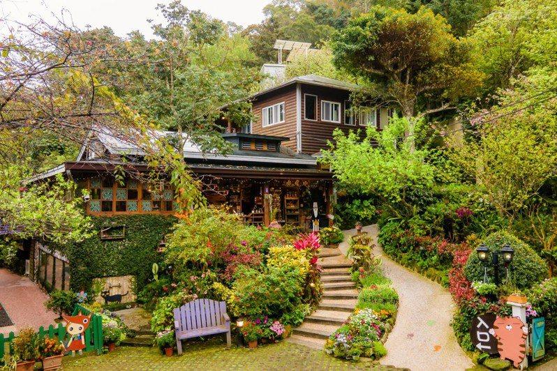 滿室木香綠意的咖啡屋,能倚著彩色花窗玻璃,享受柔情愜意步調。