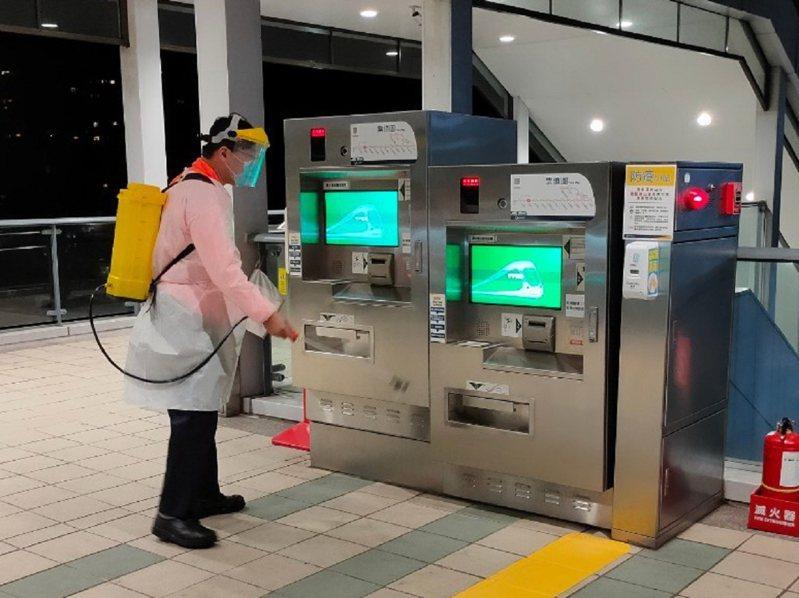 淡海輕軌加強列車車廂及設備清潔與消毒,讓乘客搭乘時能更安心,堅守防疫不鬆懈。 圖/紅樹林有線電視提供