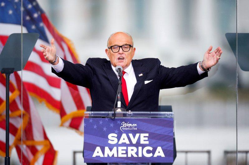 川普的前私人律師朱利安尼已被送交有權懲處律師的委員會審查。圖為他1月6日在華盛頓對抗議選舉結果的川普支持者發表談話。 路透