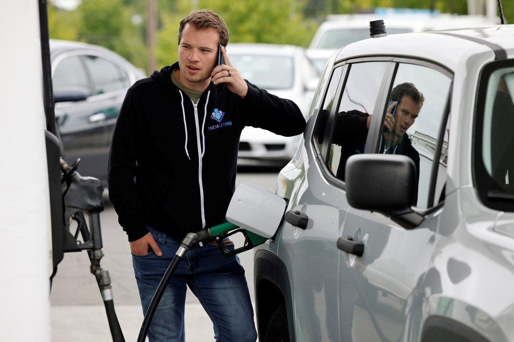美國汽油零售價突破每加侖3美元,為6年來首見。路透