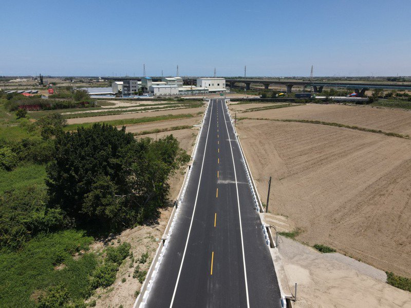 台南市學甲區南53道路原本中間寬、出口窄,已經完成拓寬。圖/工務局提供