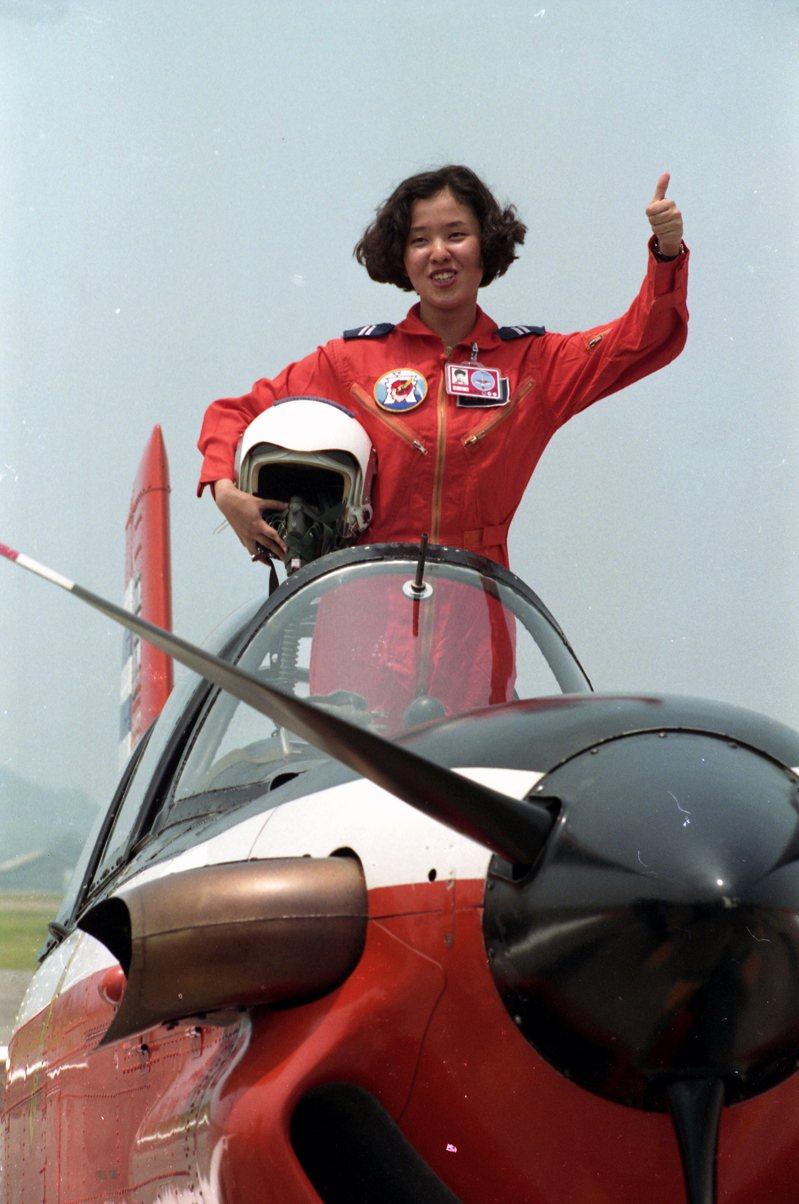 空軍招考的第一批女性飛行軍官,進入飛行的重要階段-單飛測驗。圖為女飛行官刑合玉。圖/聯合報系資料照片
