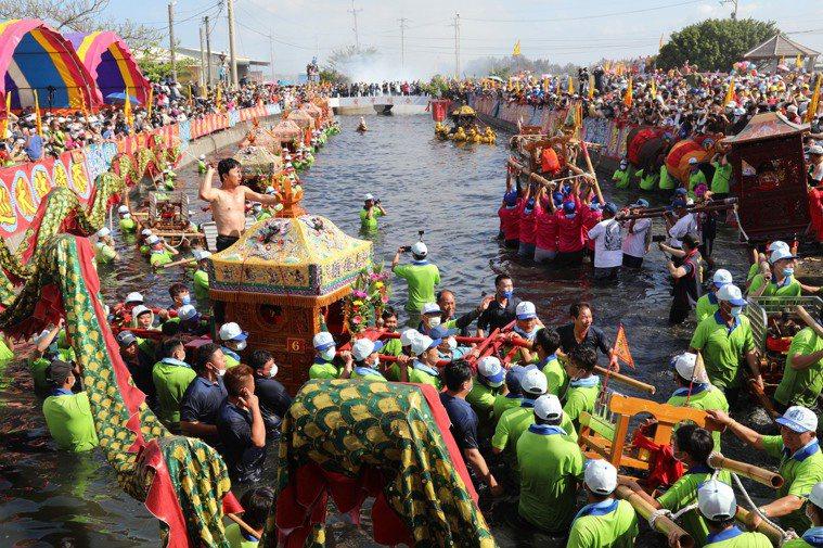 參加嘉義縣新塭嘉應廟「衝水路、迎客王」群眾多達數千人。圖/嘉縣府提供