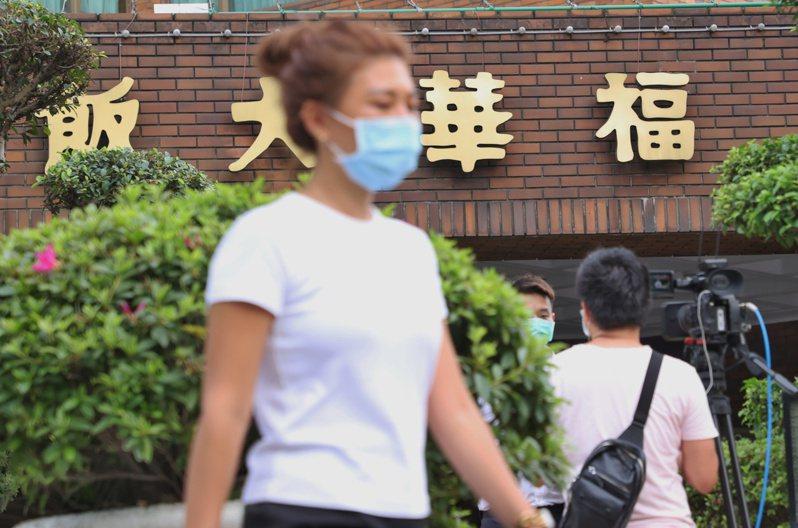 因為出現多起新冠肺炎本土案例,飯店旅館接到大量退訂電話。圖為台北福華飯店因有確診足跡進行消毒作業。圖/聯合報系資料照片