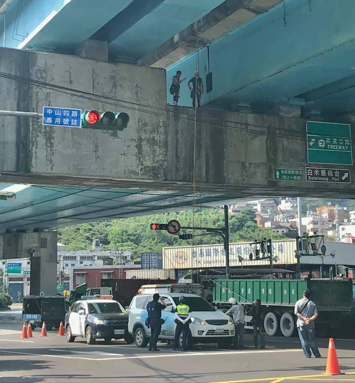 基隆出動蜘蛛人吊掛還管制道路,為救援困高架橋多日貓。圖/基隆動保所提供