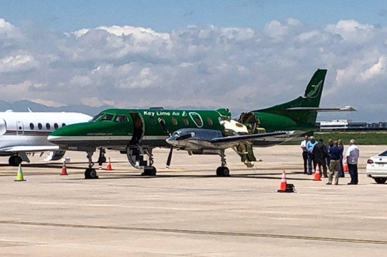 美國科羅拉多州12日早上發生兩架小飛機空中碰撞,一架Swearingen Metroliner SA226TC貨機平安降落,可見到尾翼前方的一段機身直接被撞不見。美聯社/CBS Denver