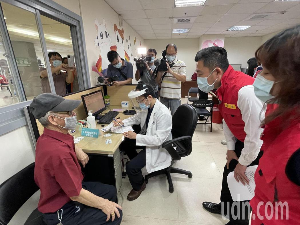 新竹市長林智堅訪視接種疫苗。記者張裕珍/攝影