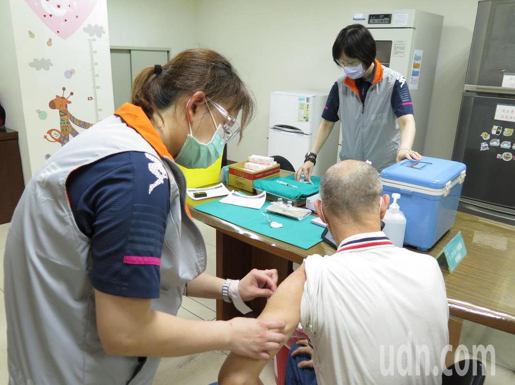 新竹市長林智堅今天訪視疫苗接種情形。記者張裕珍/攝影